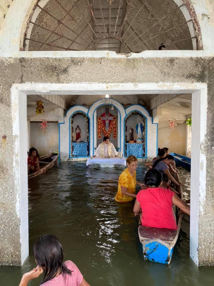 POGLEDAJTE! Vjernici u poplavljenoj crkvi slavili misu u čamcima | HKM