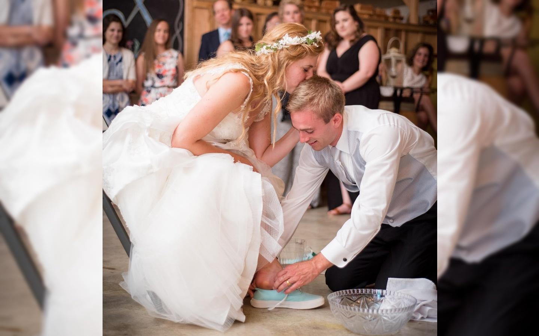 Suprug na vjenčanju nije bacao podvezicu - oprao je noge svoje ...